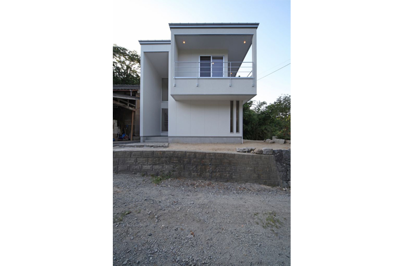 高台に建つ家